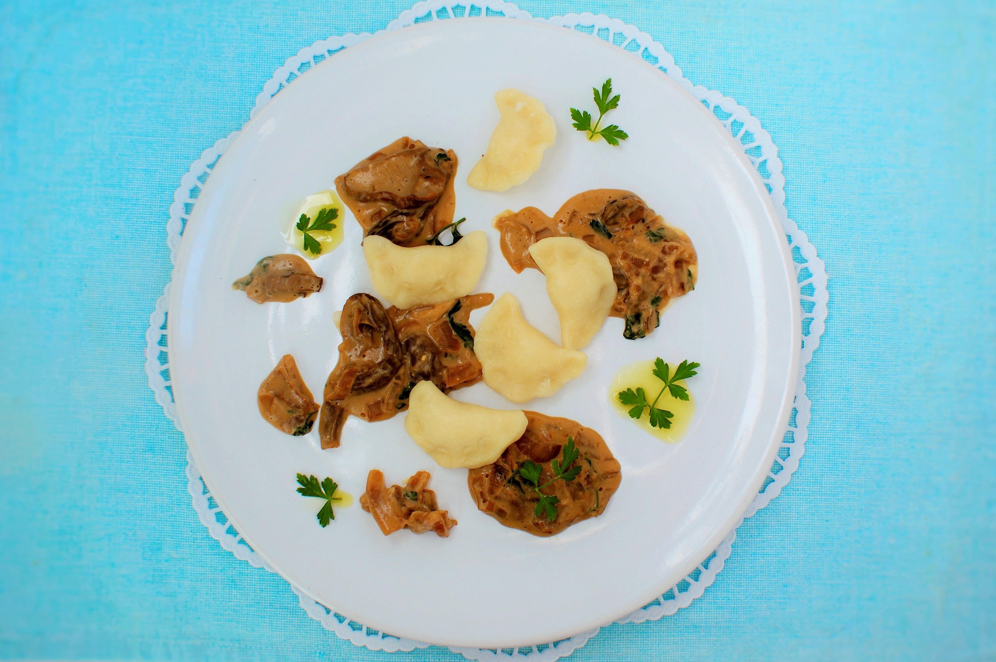 Pierogi z borowikami i sosem serowym