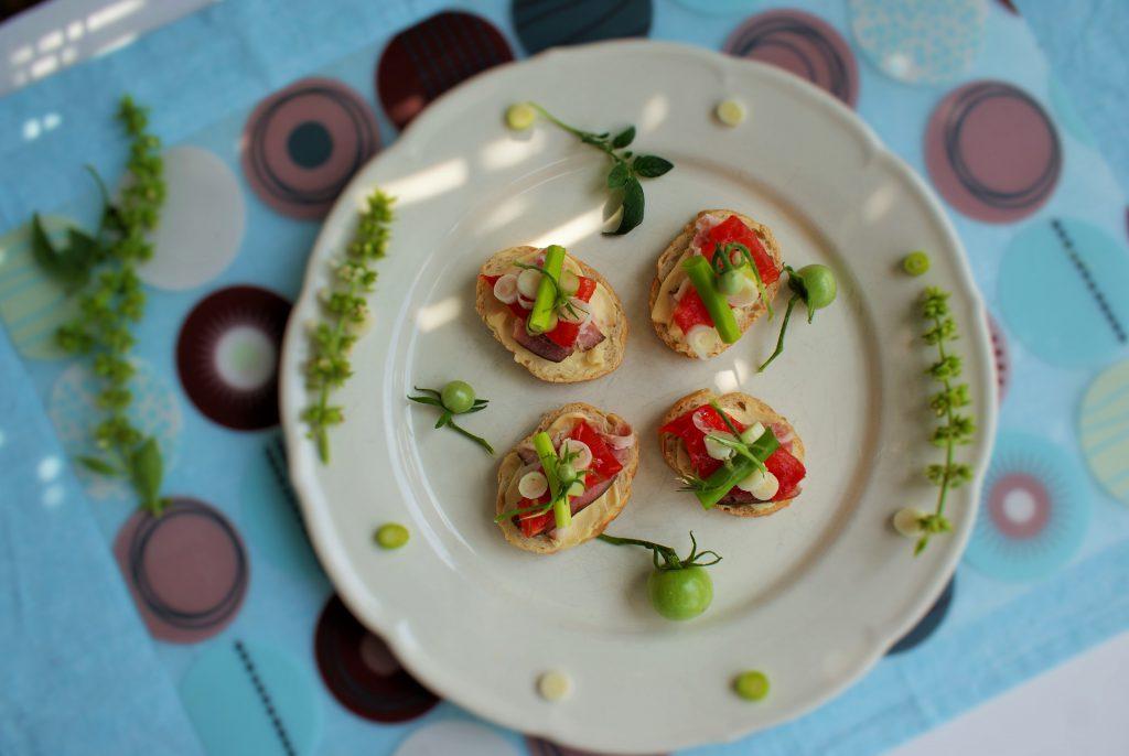 Mini kanapki z wędzonym boczkiem
