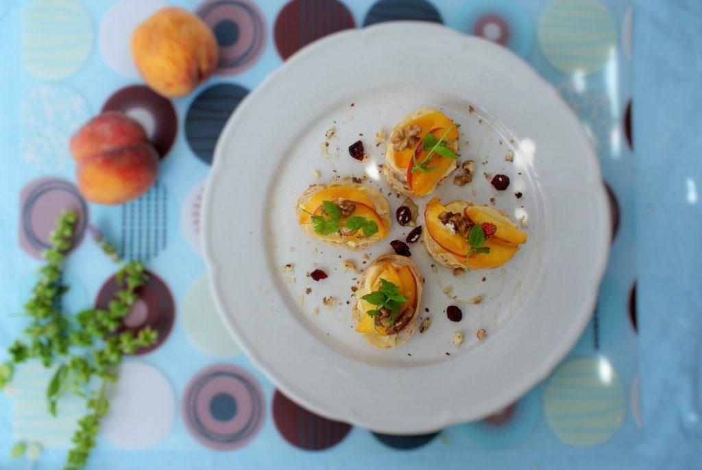 Mini kanapki z serem i brzoskwiniami