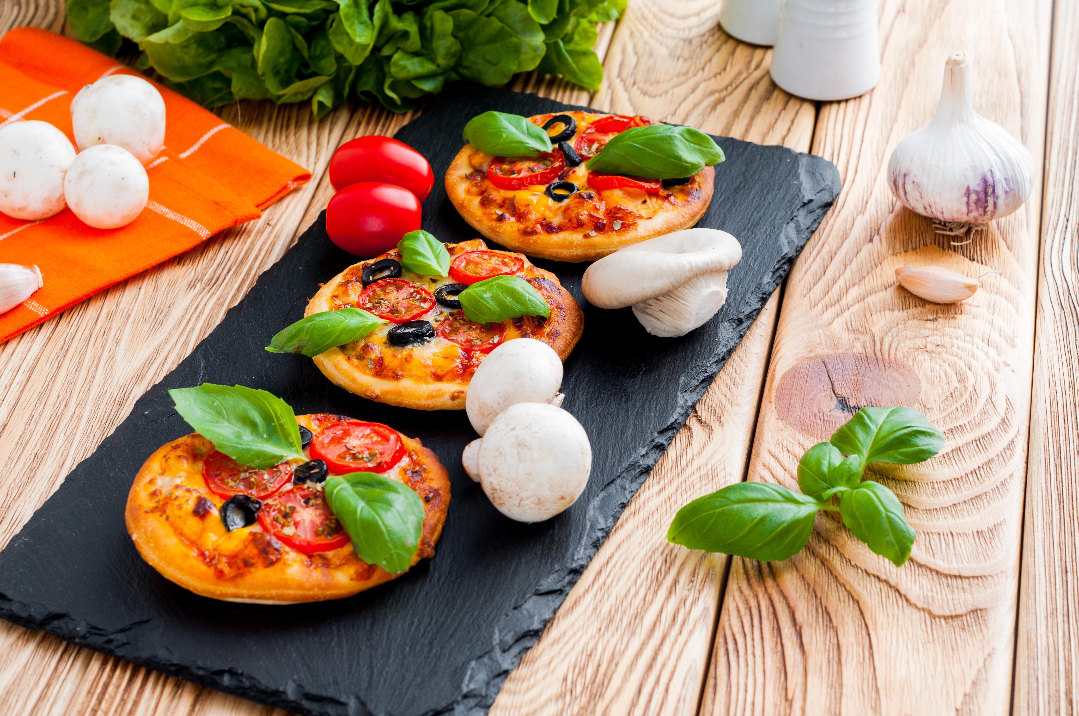 Pizzerinki (mini pizze) z oliwkami, pomidorkami i serkiem w plasterkach Cheddar