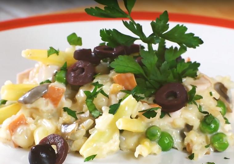 Serowe risotto z wędzonym kurczakiem i warzywami